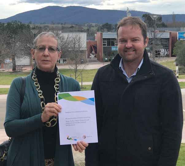 Atlas of Life chairperson, Libby Hepburn and Council's Acting CEO, Anthony McMahon with the MOU.